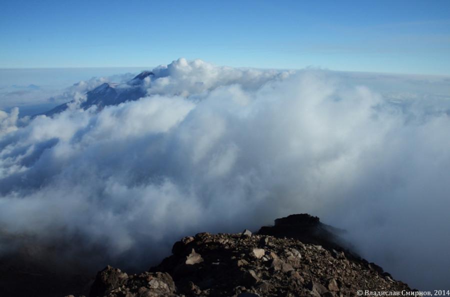 А тем временем Авачинский дремал, зарывшись по самый кратер в перину из облаков