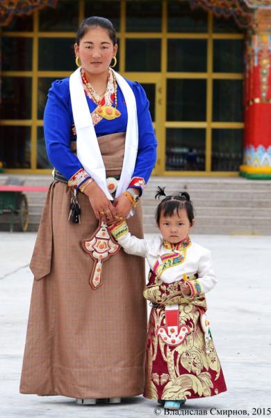 Мама с дочкой в тибетской национальной одежде