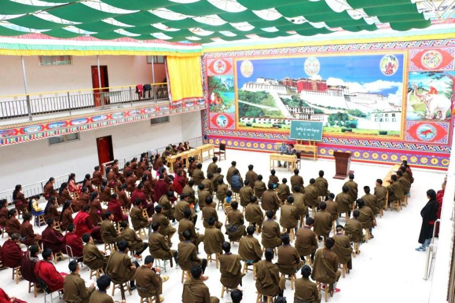 В аудитории собрались как монахи, так и ученики