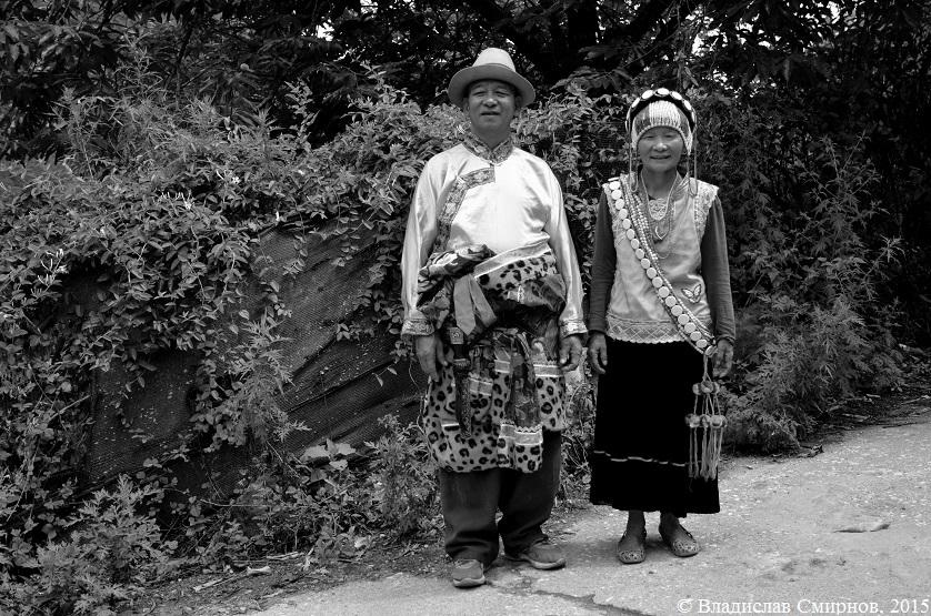 Женщина в одежде Лису, мужчина - тибетцев