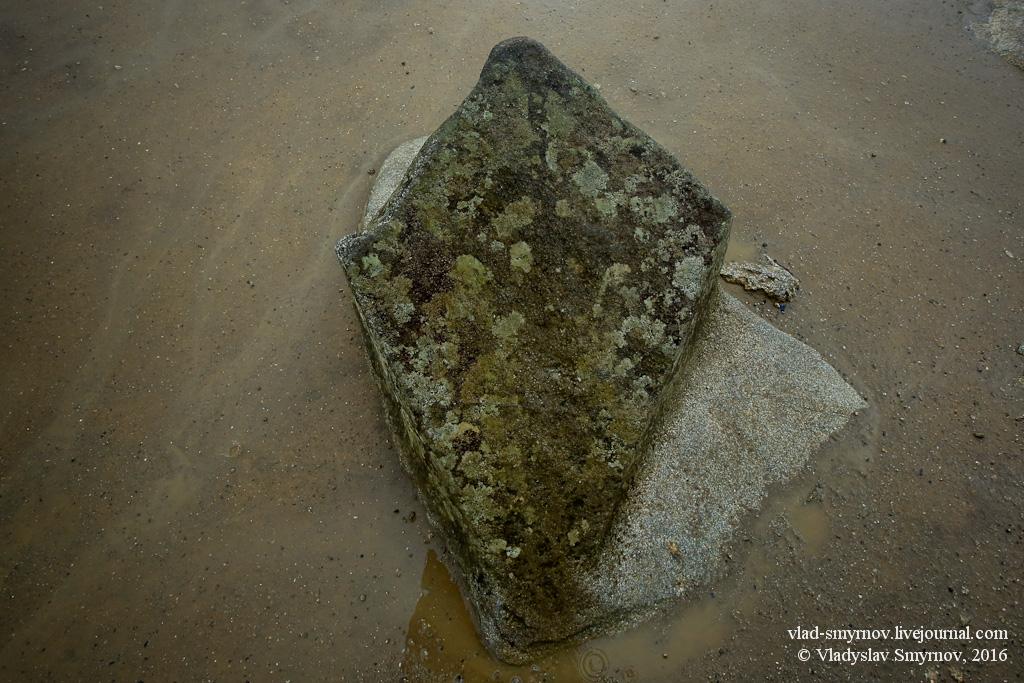 Камень, точно ориентированный углами на стороны света