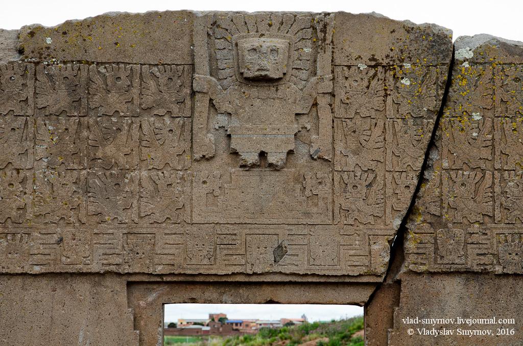 На верхней части ворот расположено мифическое существо, в нём смешиваются признаки змеи, человека, кошки и кондора. По краям от существа находятся 48 человеко-кондоров. Направлены их лица к центру. Вся поверхность покрыта необычными иероглифами.