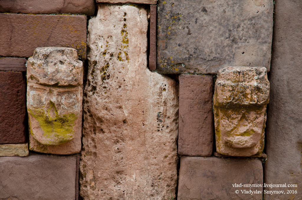 стена храма каменных голов. Фрагмент