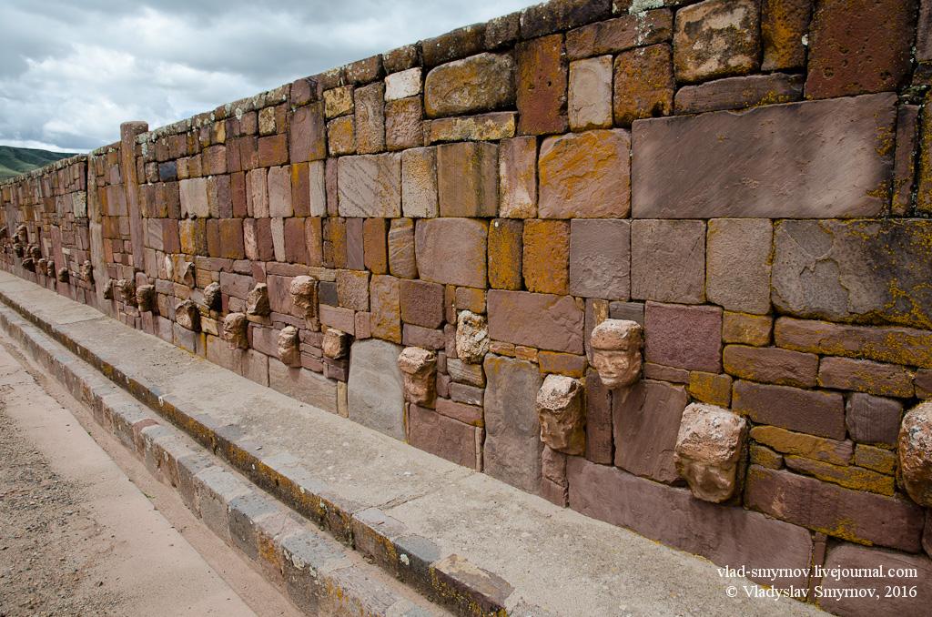 стена храма каменных голов