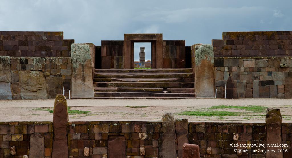вид на монолит Понсе через главные ворота храма Каласасайа