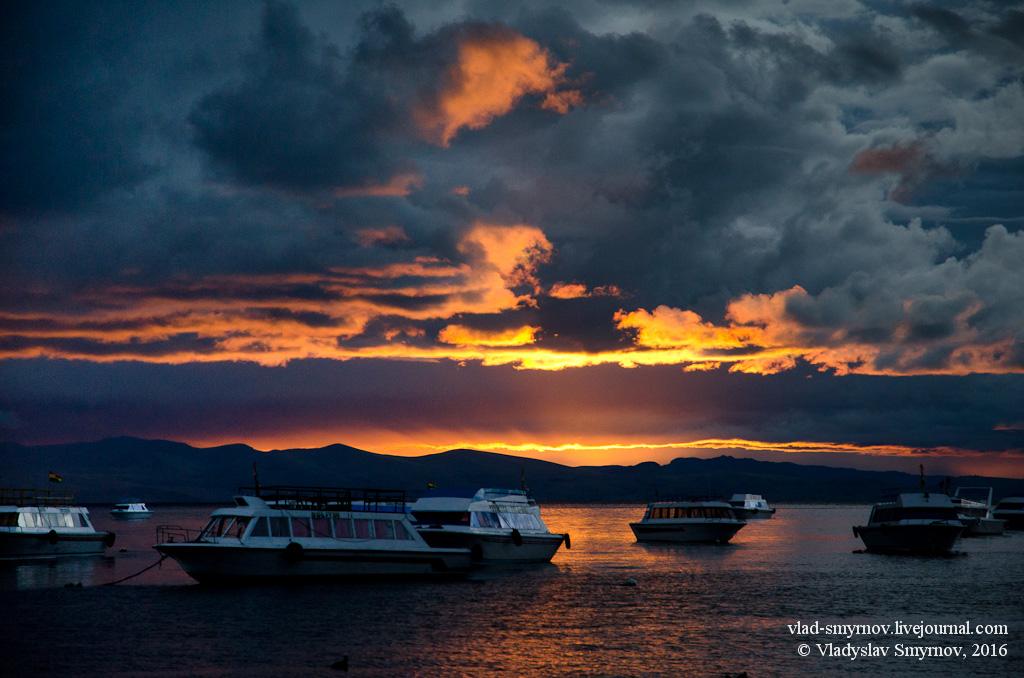 закат на озером Титикака в районе Копокабана