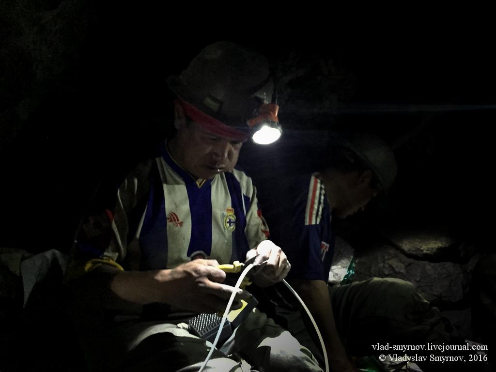 опытный шахтёр нарезает бикфордов шнур