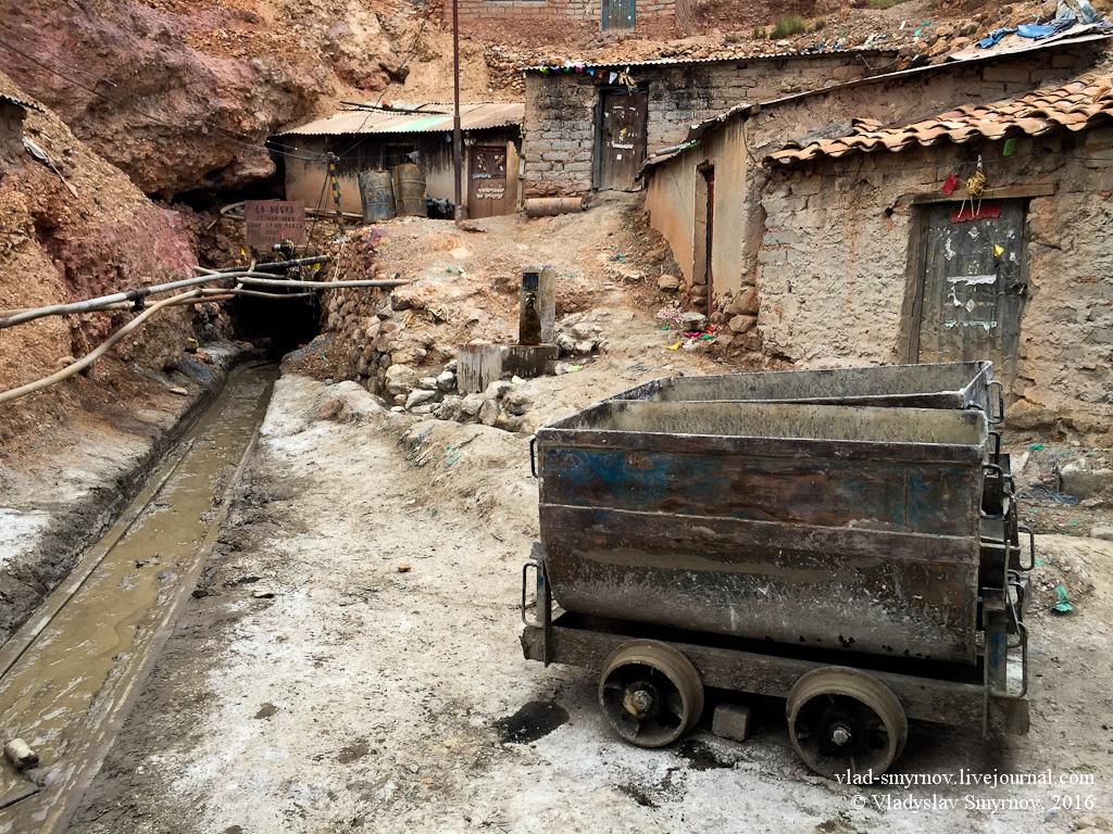 Вход в шахту - туннель слева