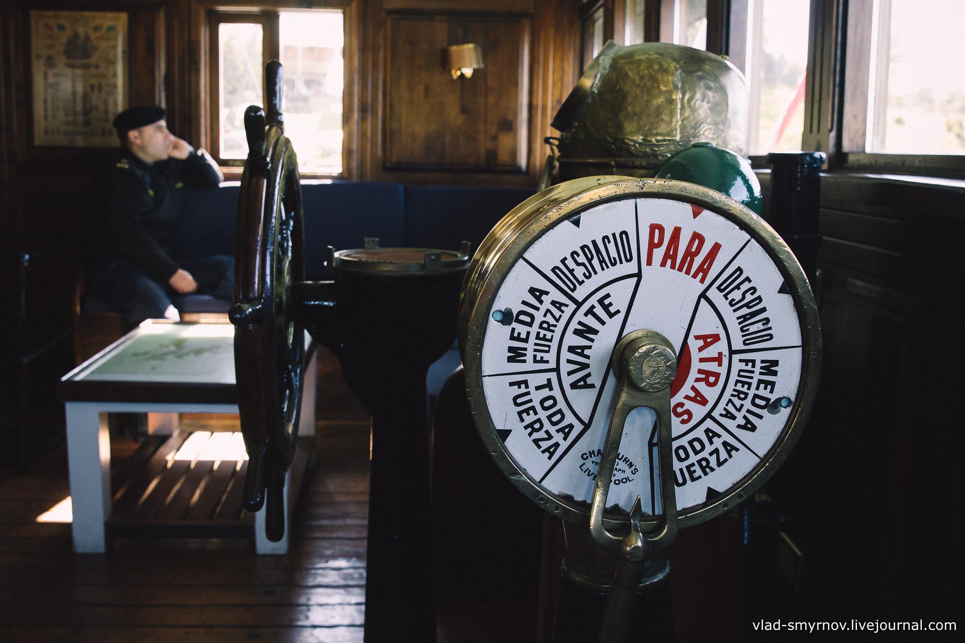 Внутри яхт-клуба