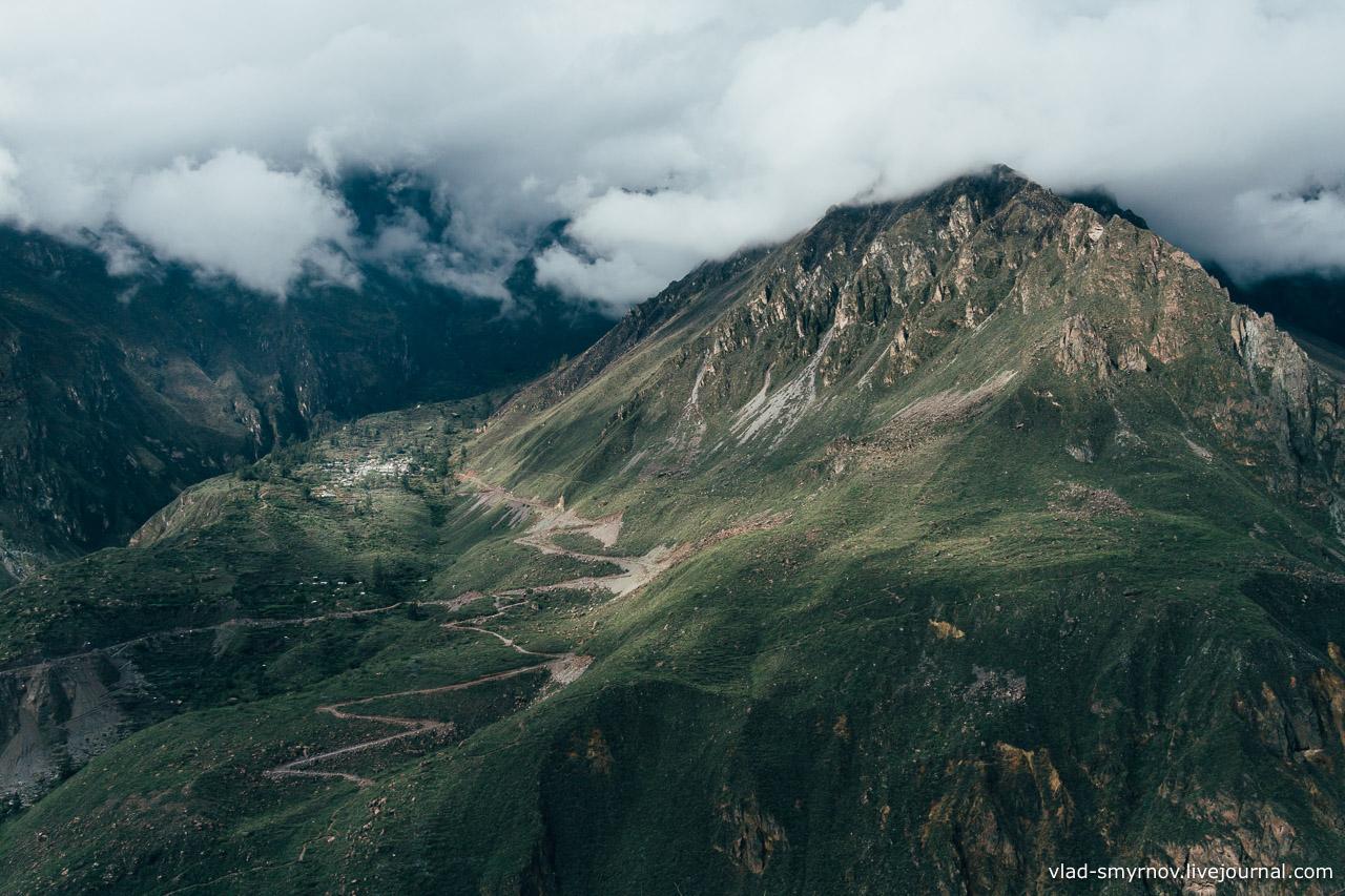 По склону каньона ползёт тропинка к селению Тапай