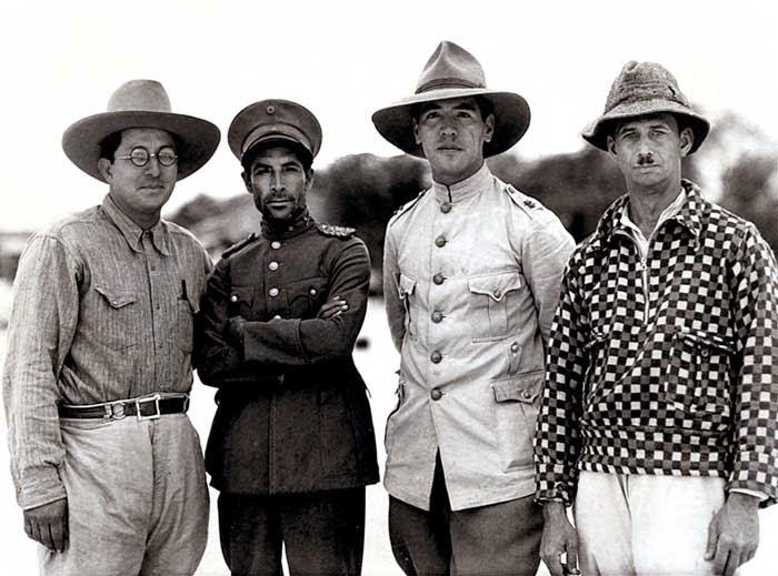 Мануэль Кобос слева