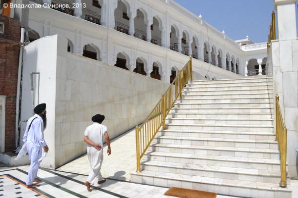 Возле Золотого храма