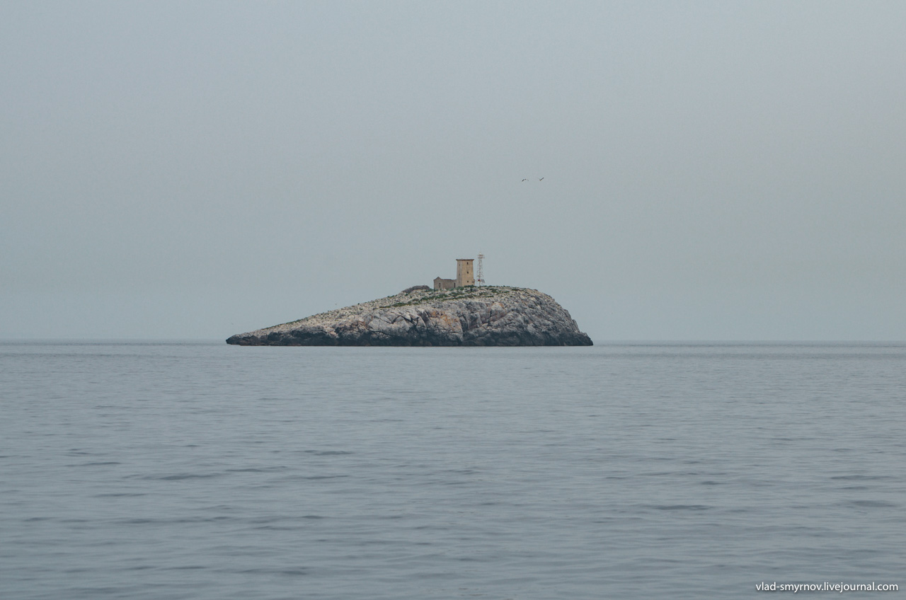 островок-скала с маяком