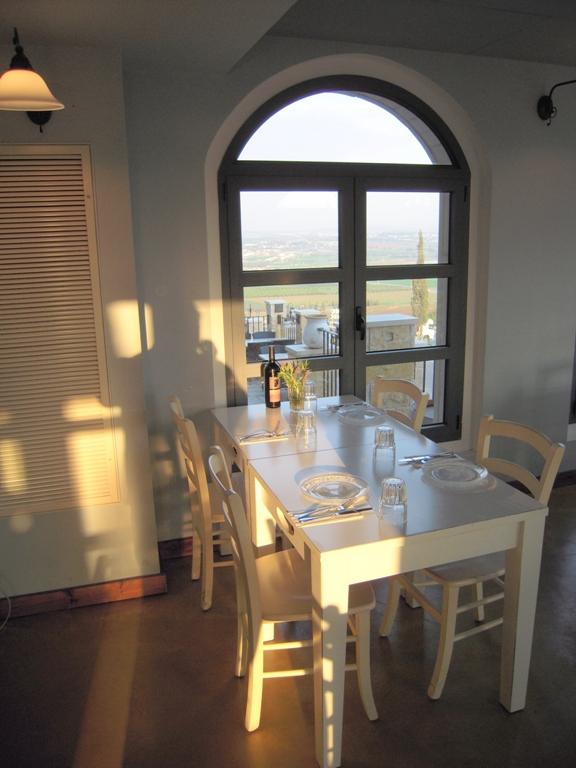 9 столик у окна