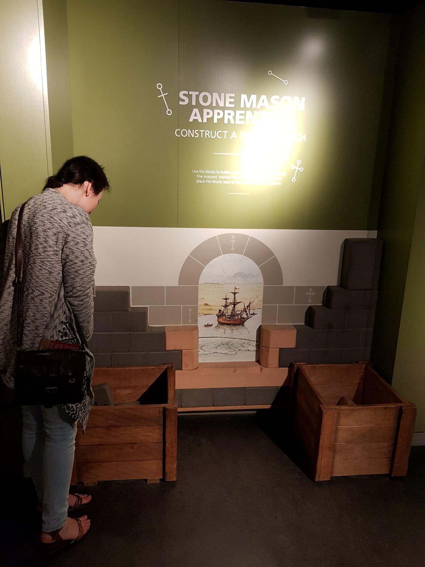 Можно самому выложить арку. Камни разумеется пенопластовые.