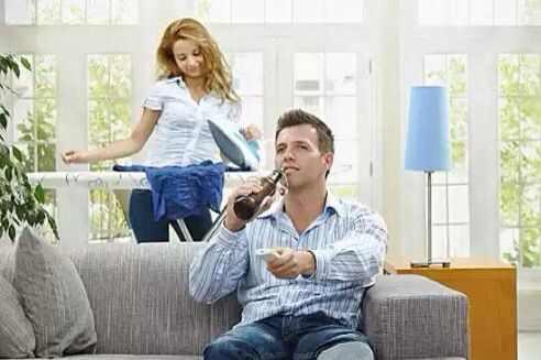 Жена сидит на муже