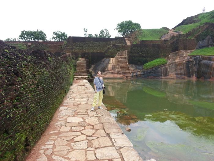 верхний бассейн Сигирии с загадочной лестницей
