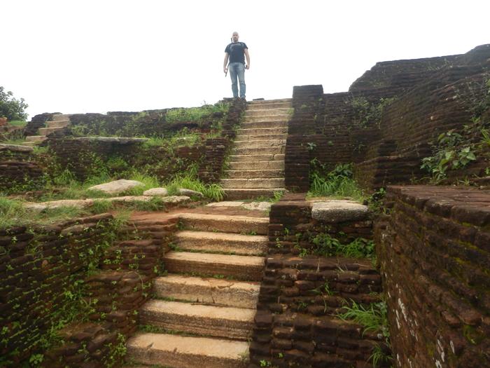белая мраморная лестница на вершину пирамиды Сигирии