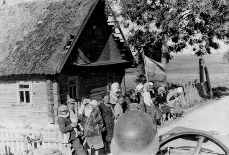Русский народ приветствует германские войска бело-сине-красным флагом, 1941 г