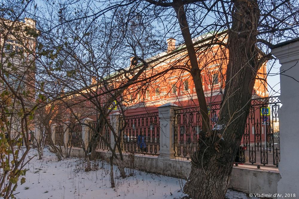 Зима в Москве. Петровка. Закатное солнце.
