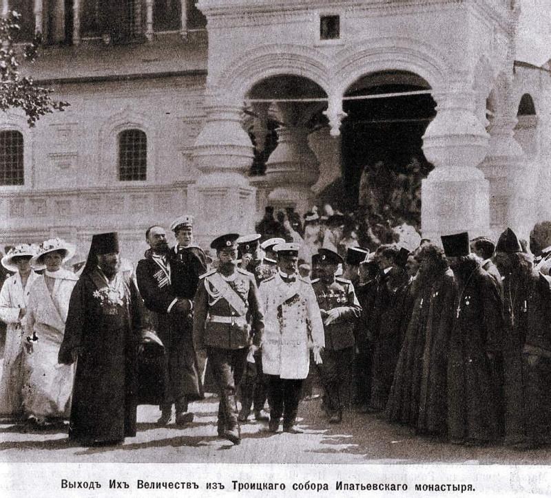 Выход императора Николая II из Троицкого собора Ипатьевского монастыря