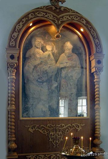 Белокаменная икона Богородицы и предстоящего Апостола Иоанна