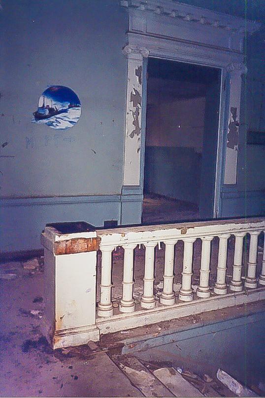 Колосово - 702 - Парадная лестница, фрагмент интерьера. Фото 1998, июнь.