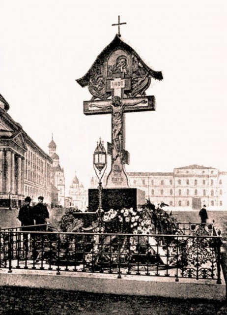 Крест Васнецова в Кремле на месте гибели Великого Князя Сергея Александровича