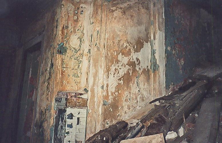 Колосово - 705 - Фрагмент стены над парадной лестницей с оформлением под настенную роспись. Фото 2002, октябрь.