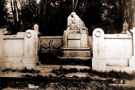 Мемориальная композиция на могиле П.И. Щукина