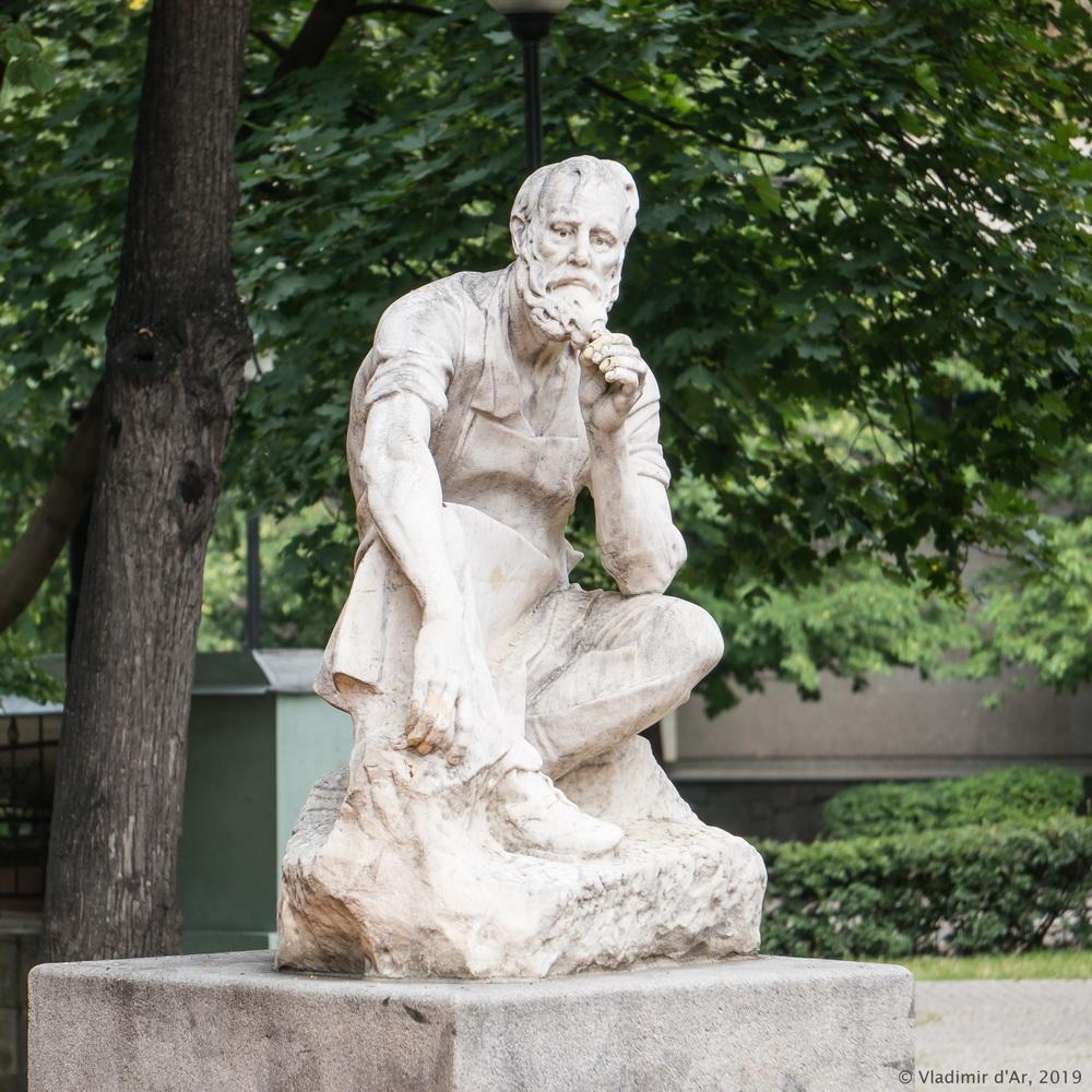 """Скульптура """"Сезонник"""" в сквере на Лермонтовской площади"""
