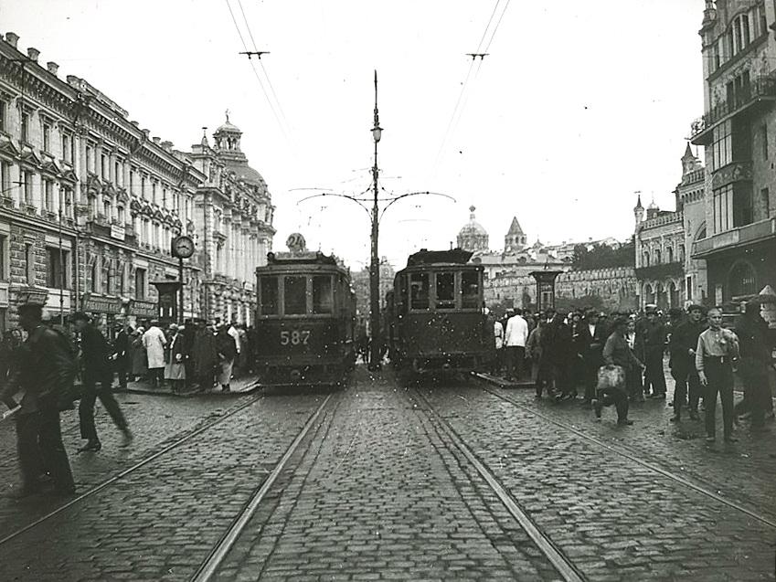 Остановка трамвая в Театральном проезде около Метрополя