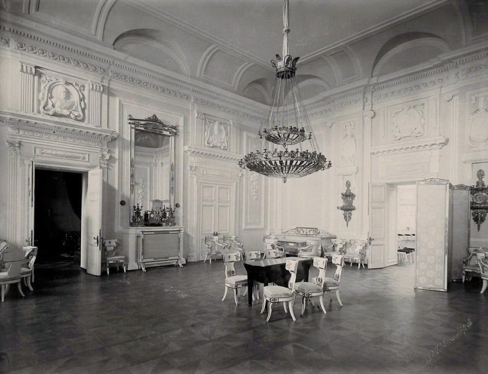 Интерьер одного из залов Петровского путевого дворца.jpg