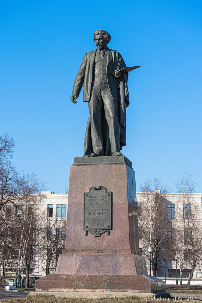 Памятник Репину на Болотной площади