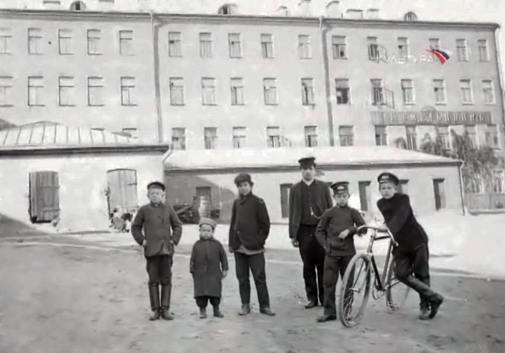Во дворе Георгиевской церкви - 1910-1913 гг.