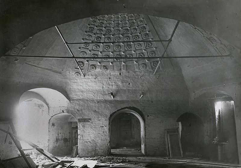 Интерьер нижней зимней Успенской церкви в процессе разборки - 1934