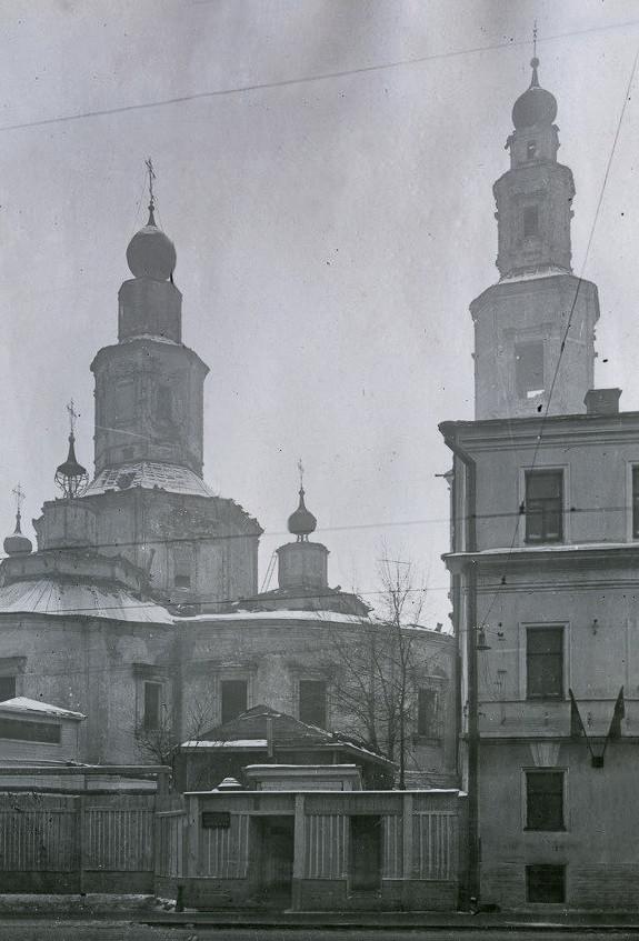 Церковь Воздвижения. Вид на колокольню от угла Бол. Кисловского пер. Фото Савельева 1930-х гг.