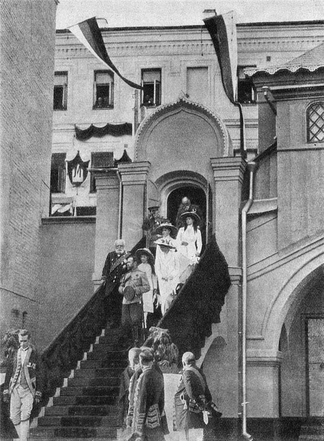 Посещение Их Величествами дома Бояр Романовых на Варварке, 1913 год.jpg