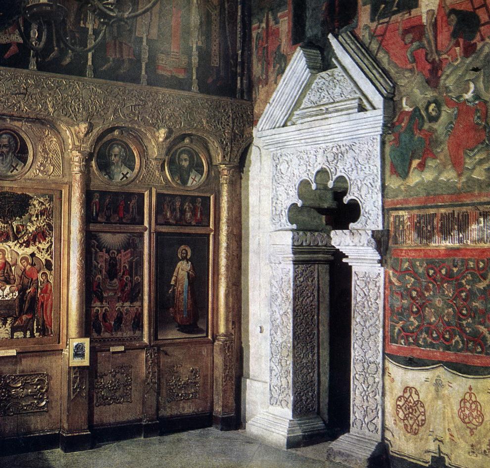 Церковь Троицы в Никитниках. Вход в усыпальницу Никитниковых.