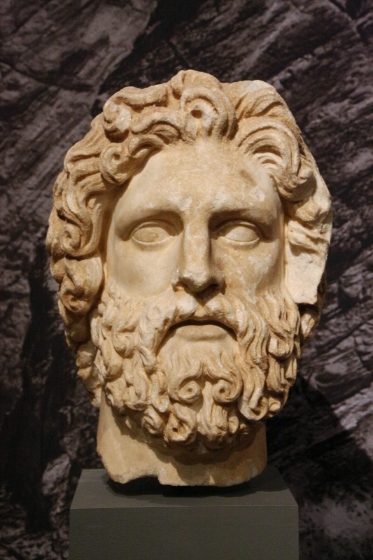 Скульптурное изображение головы бога, возможно Зевса