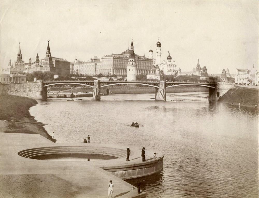 Вид на Кремль. Купель для крещения ХХС. 1880-1889 годы.