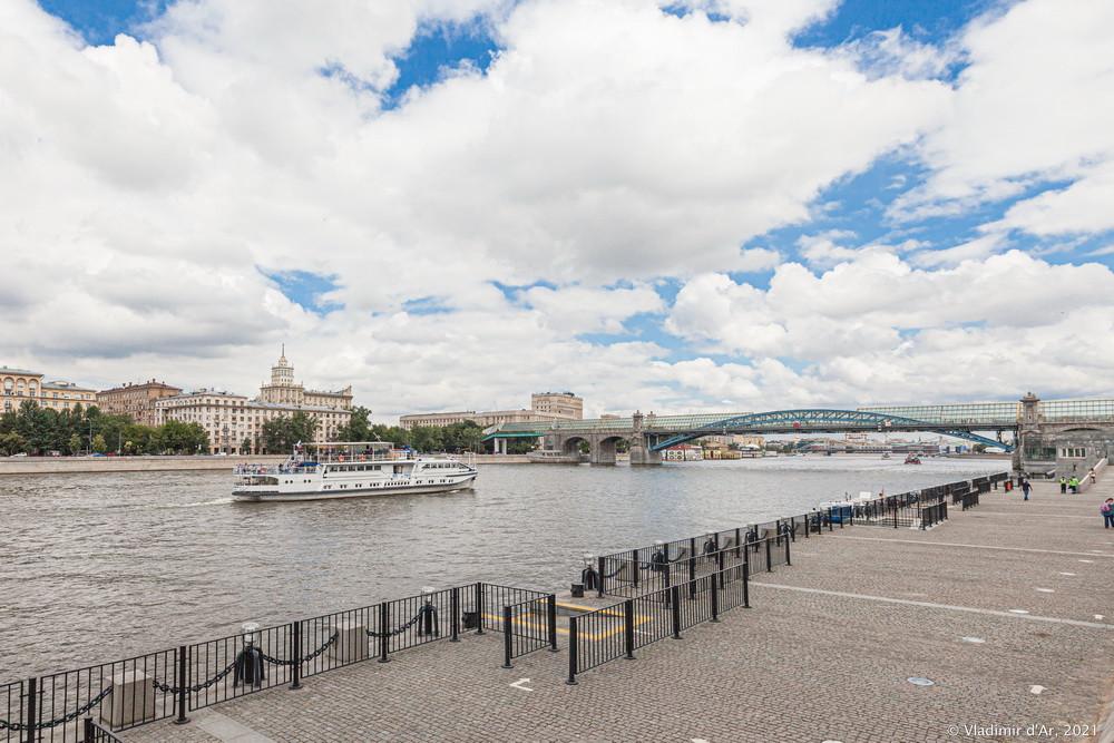 08. Андреевский пешеходный мост — вид со стороны Пушкинской набережной и Нескучного сада