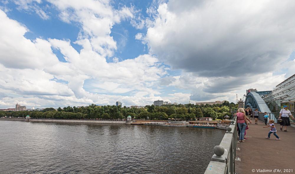 16. Вид с Андреевского пешеходного моста на Пушкинскую набережную и Нескучный сад