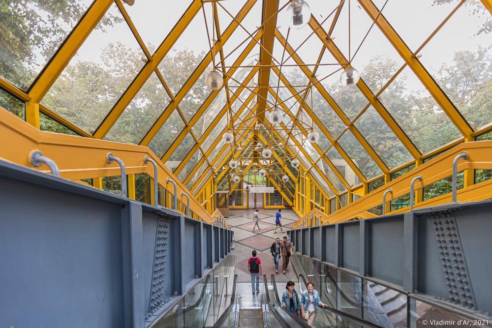 18. Выход из крытой галереи Андреевского моста на Фрунзенскую набережную