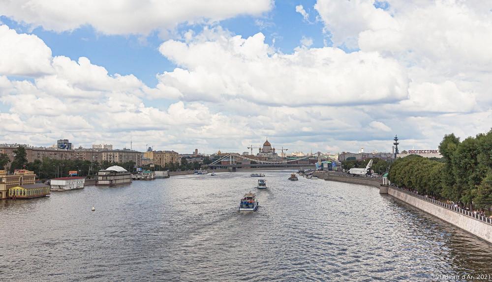 17. Вид с Андреевского пешеходного моста в сторону центра столицы