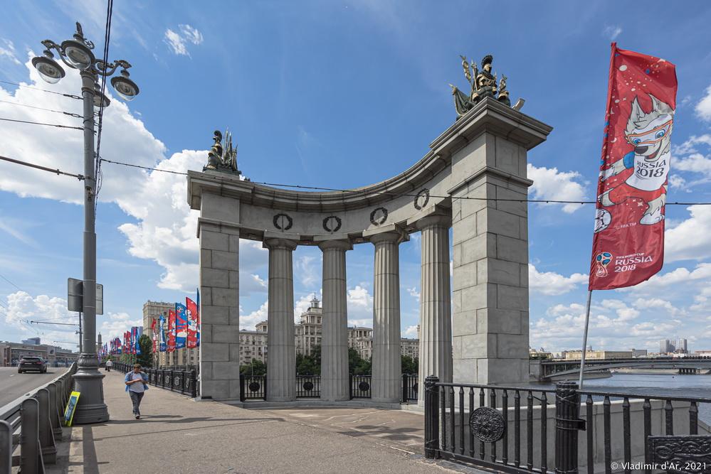 25. Полукруглая колоннада из простых дорических колонн