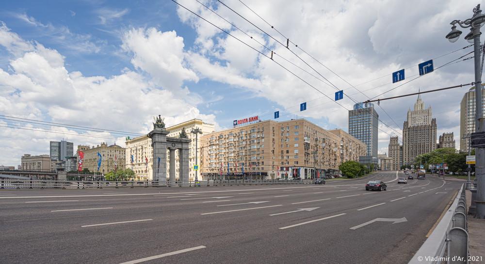 24. Бородинский мост — вид в сторону Смоленской набережной и Садового кольца