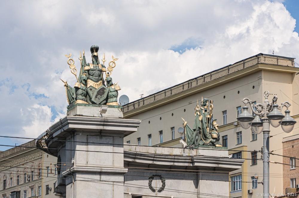 27. Скульптурная группа колоннады