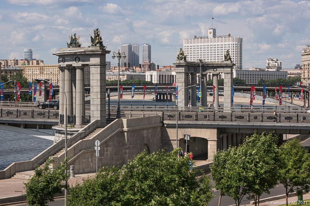 32. Колоннады Бородинского моста — вид в сторону севера