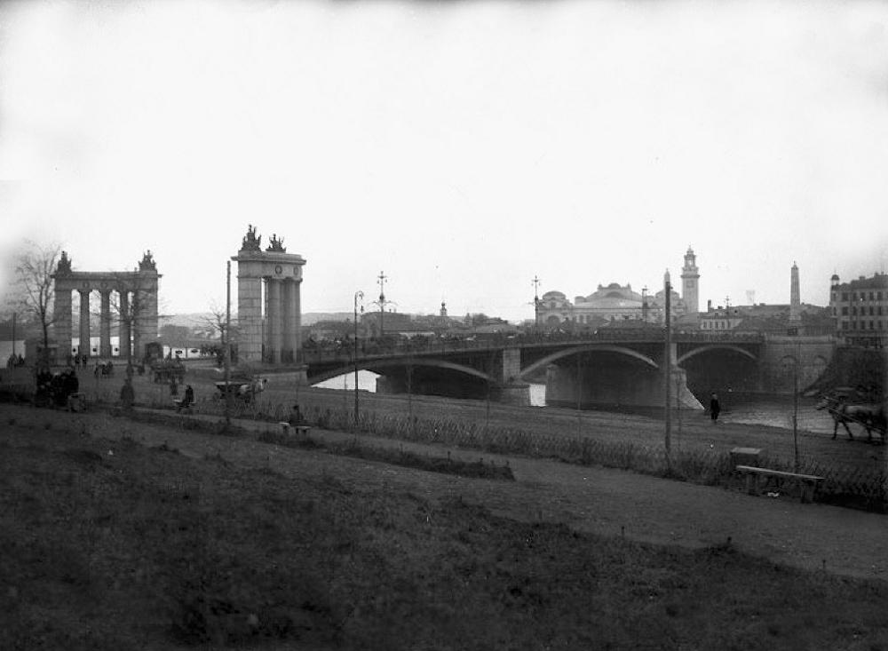 10. Бородинский мост. 1917 год. Вид со Смоленской набережной.